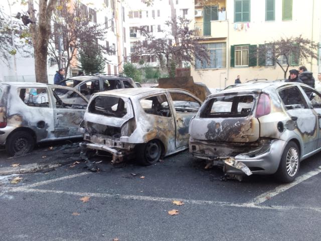 MONTEVERDE/Brucia sei auto e le fotografa con il cellulare
