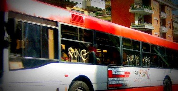 Branco di bulli aggredisce giovane peruviano sull'autobus