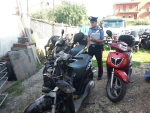Carabinieri ispezionano l'area sequestrata