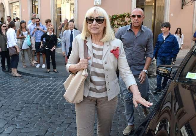 Carramba che sorpresa, in piazza di Spagna arriva Raffaella Carrà