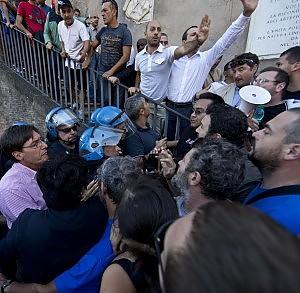 """""""Alloggi popolari al posto dei residence"""", il movimento per la casa assedia il Campidoglio"""