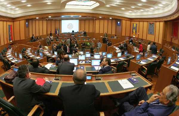 Bilancio, il consiglio regionale approva la manovra: dal 2015 Irpef al 3,33%, via libera nella notte