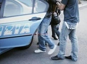 Rapina una donna e poi la trascina aggrappata all'auto: arrestato