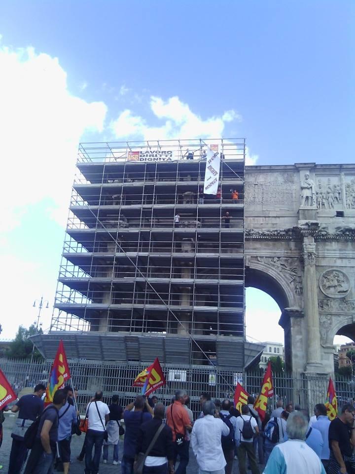 Colosseo, protestano gli ex vigilantes per rivendicare il diritto al lavoro