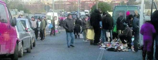 Rom in corteo bloccano viale Marconi, vogliono il loro mercatino abusivo