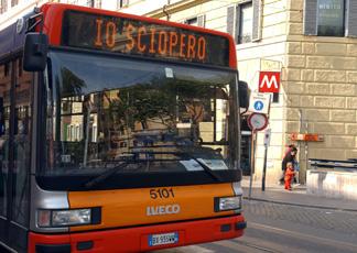 Sciopero del trasporto pubblico e corteo contro il Jobs act: ancora un venerdì nero