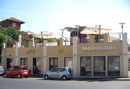 OSTIENSE/Tenta di violentare una ragazza al McDonald's, sottratto al linciaggio