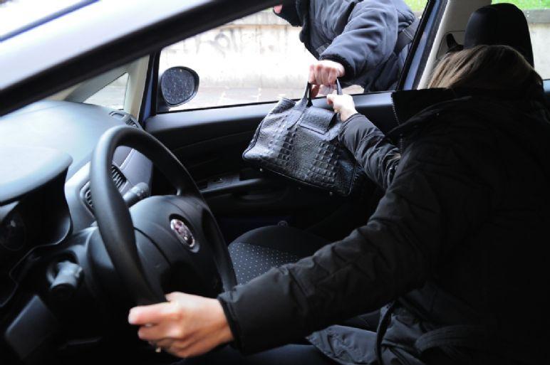 Distrae con scusa automobiliste e il complice prende la borsa: un fermato