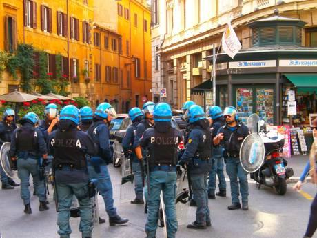 Scontri in centro a Roma, fumogeni a Montecitorio