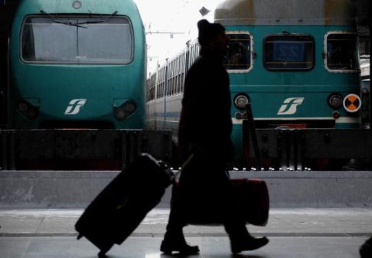Salgono sul treno con due pistole ma erano armi finte: bloccata una coppia di giovani