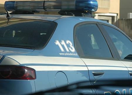 Intrappolata nell'auto in un canale: salvata dalla polizia