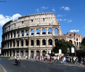 Colosseo, incidono il loro nome su una colonna: denunciati due turisti