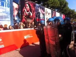 Festival del Cinema:polizia blocca blitz dei movimenti per la casa sul red carpet