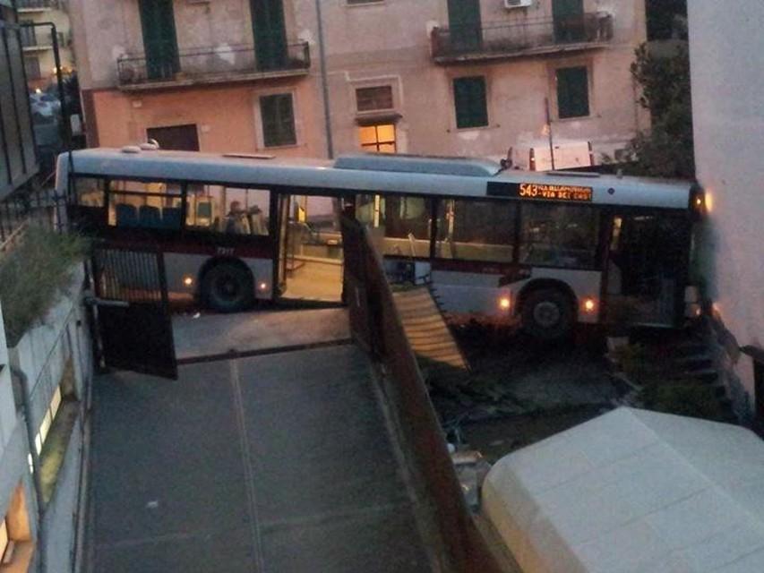 LA RUSTICA/Un autobus entra dentro casa