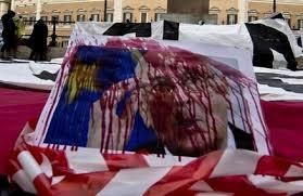Staminali, protesta choc a Montecitorio: malati versano sangue su foto Napolitano