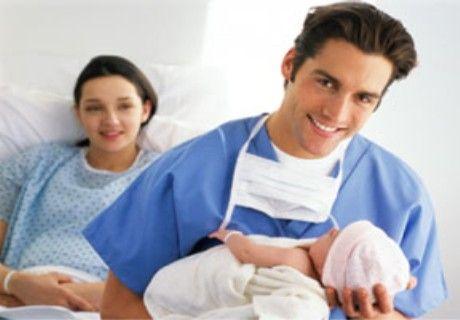Fuori i cellulari dalla sala parto, il 50% dei papà attaccati allo smartphone