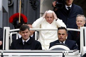 Udienza al gelo, anche il Papa con la sciarpa. Che dona ad un anziano in carrozzina