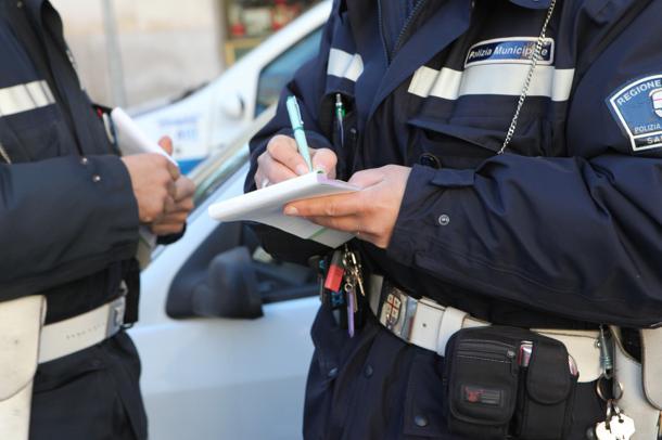 Vigili assenti a Capodanno: un rinvio a giudizio per un agente che si giustificò con la donazione di...