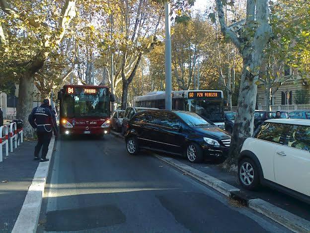 NOMENTANA/Mercedes parcheggiata male e fuori regola, blocca il bus dell'ATAC