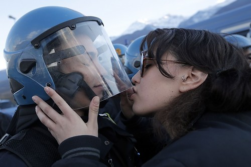 Dal bacio al poliziotto al carnet delle multe del vigile urbano. Forme di vicinanza e di autoritaris...