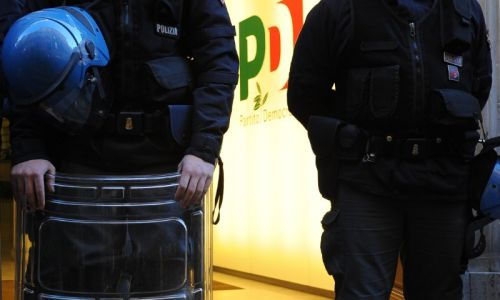 Gruppo disoccupati assalta la sede del Pd. Feriti due agenti, 49 persone identificate