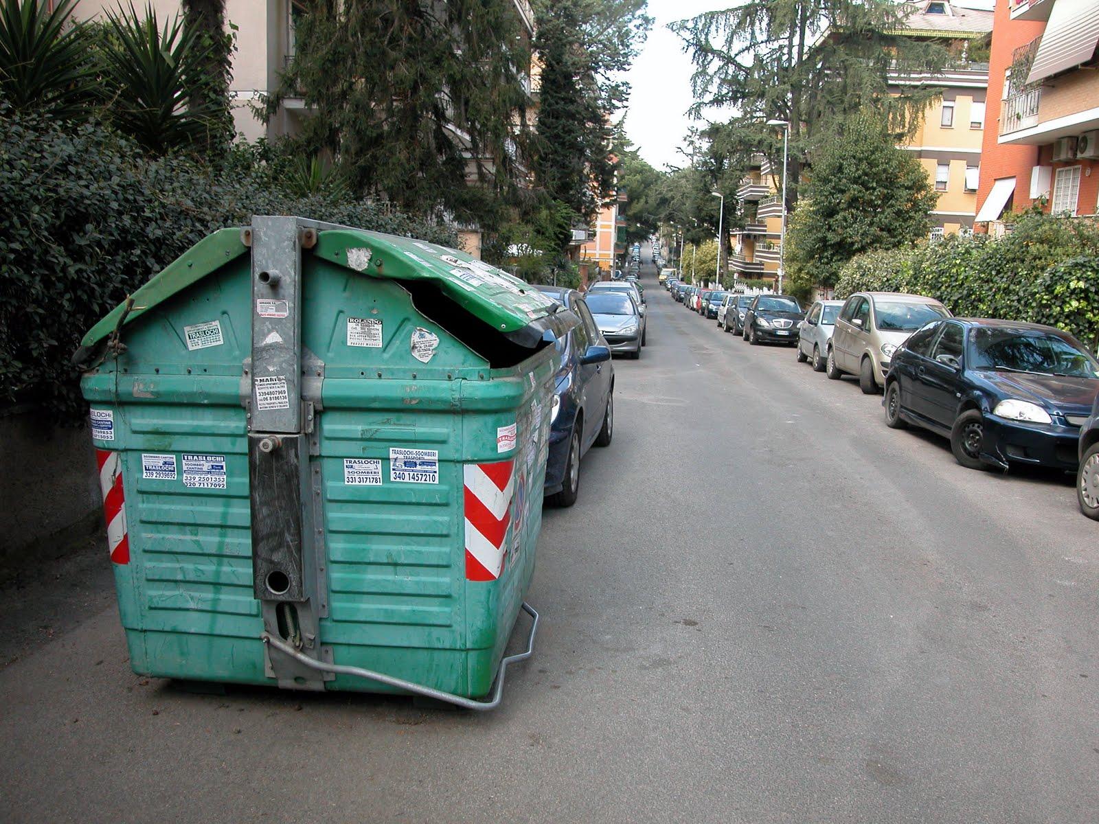 Ostia, Municipio X: via i cassonetti che mettono a rischio la sicurezza