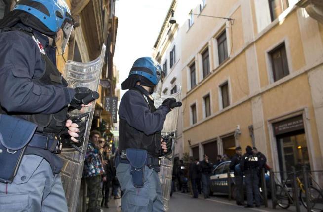 Disoccupati assaltano la sede del Pd. Scontri con la Polizia