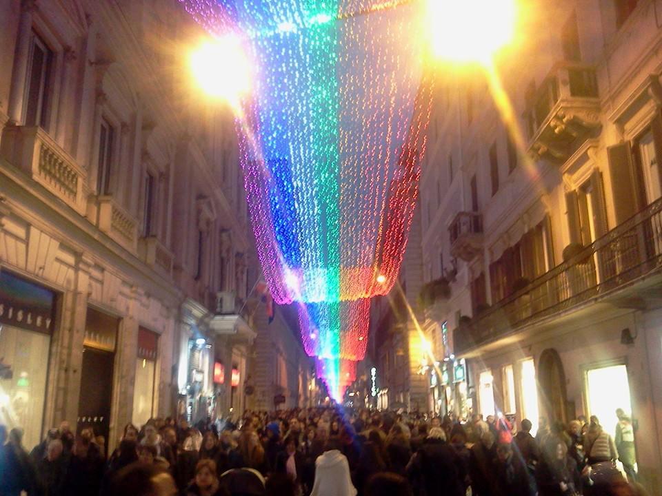 Natale a Roma, acceso il primo abete a energia cinetica e luci a via del corso