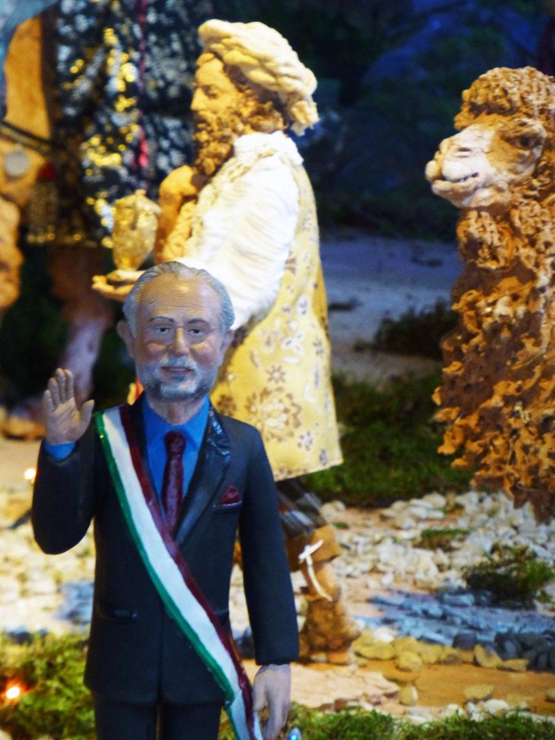 FIUMICINO/Il sindaco Montino arriverà a mangiare il panettone?Intanto finisce nel presepe