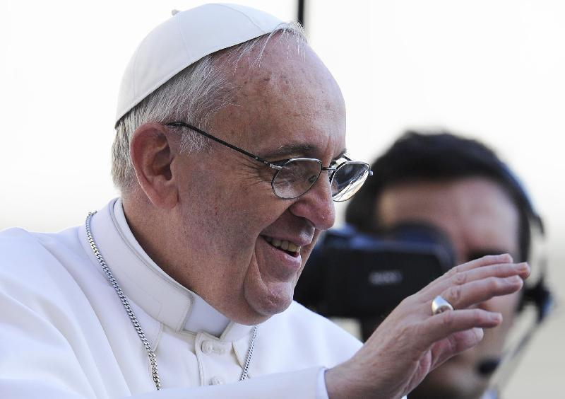 Vaticano, Papa Francesco sposa 20 coppie: