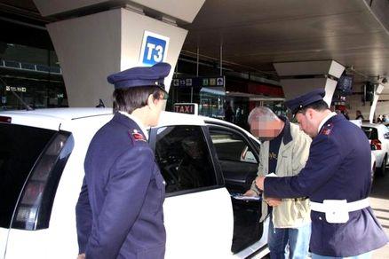 Aurelio, taxi provoca incidente: era senza assicurazione, veicolo sequestrato