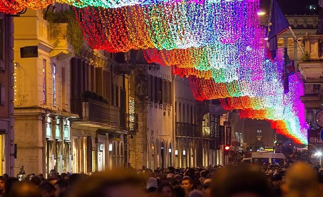 Ma quale Natale e Capodanno, sembra Carnevale (o il gay pride)