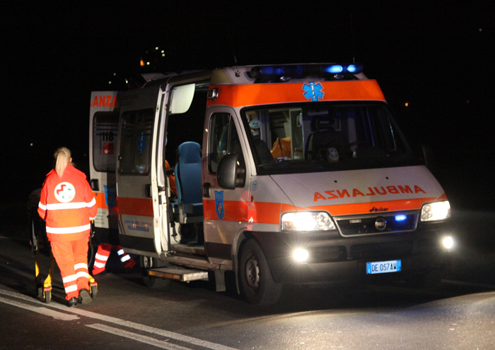 Incidenti, si ribalta un'auto: due feriti
