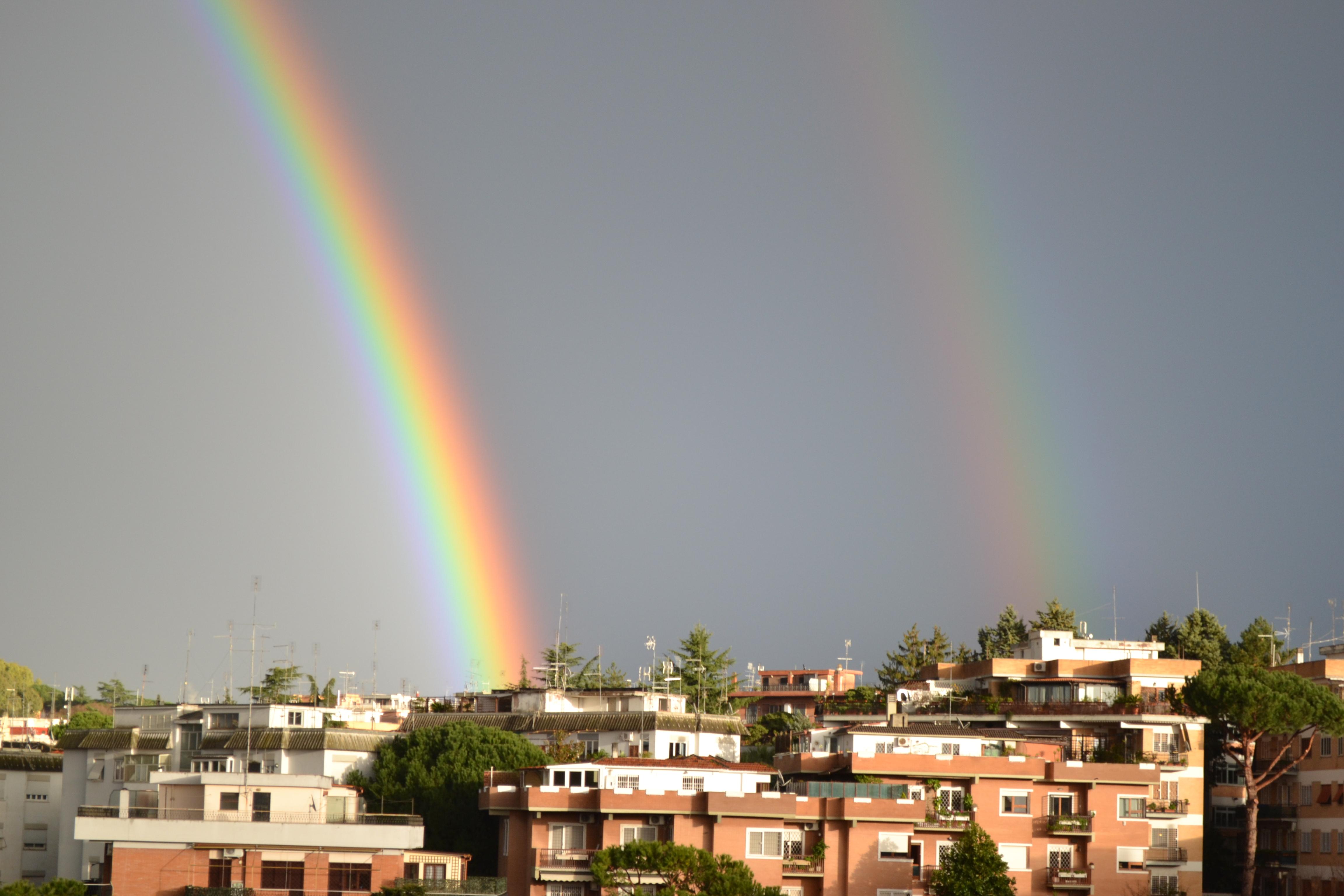 Curioso doppio arcobaleno sui cieli romani