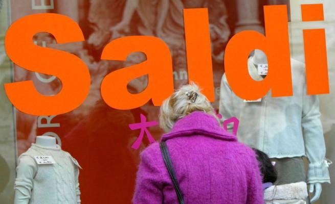 Al via i saldi anticipati, i negozi sperano per non chiudere