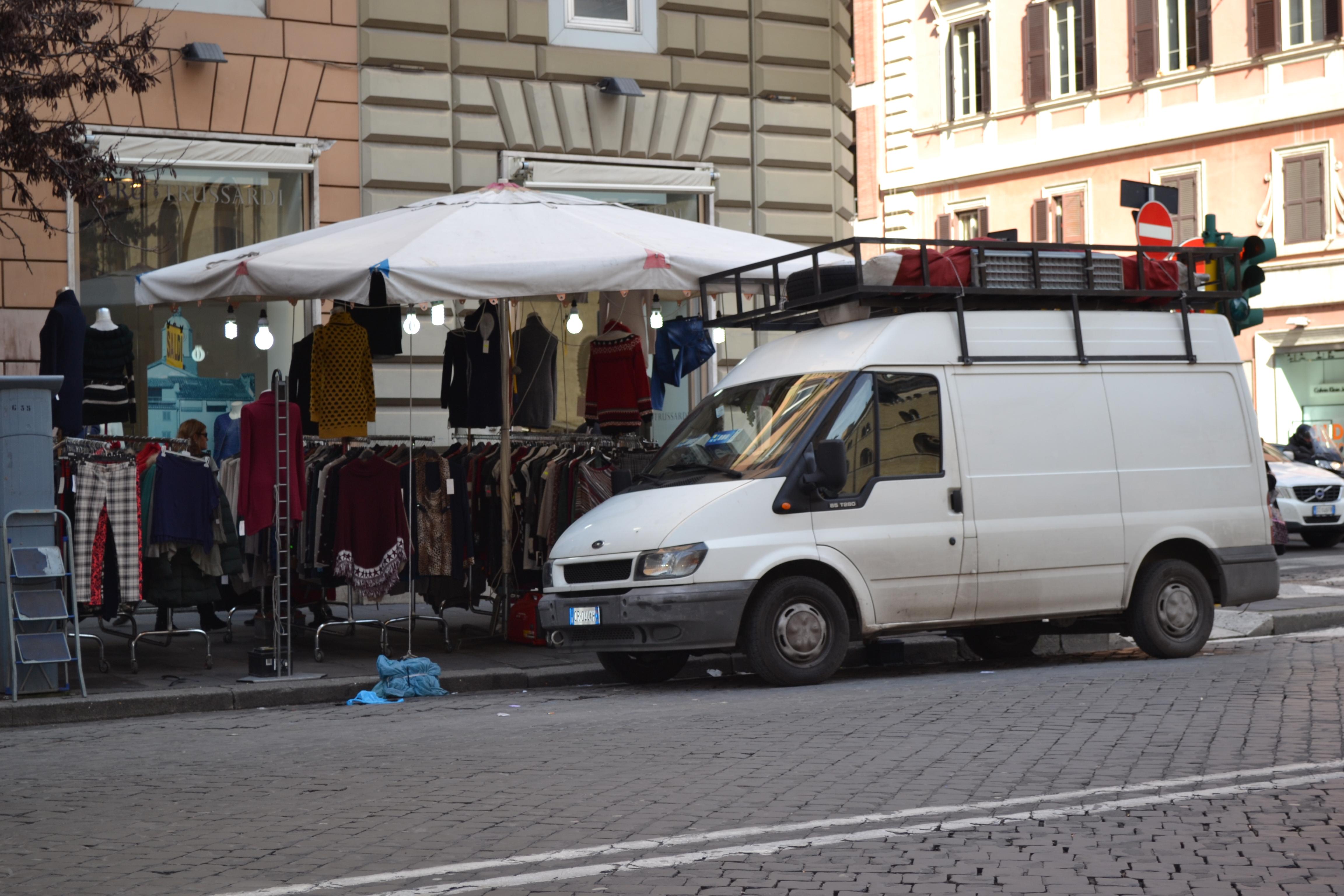 COLA DI RIENZO/Mutande in vendita davanti a Trussardi