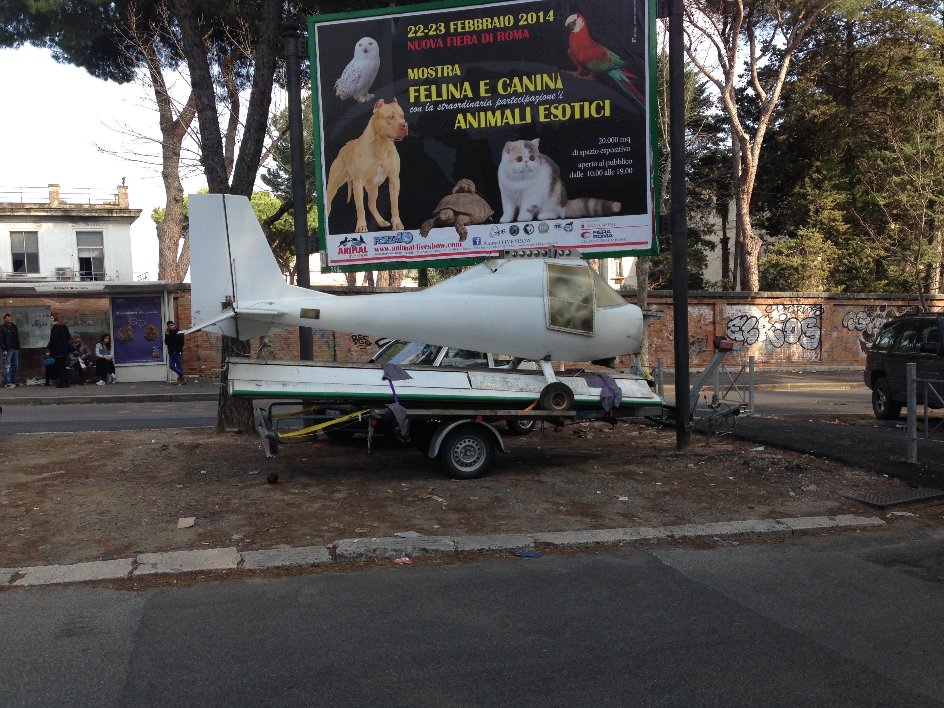 Via Ramazzini, un aereo ultraleggero parcheggiato sullo spartitraffico