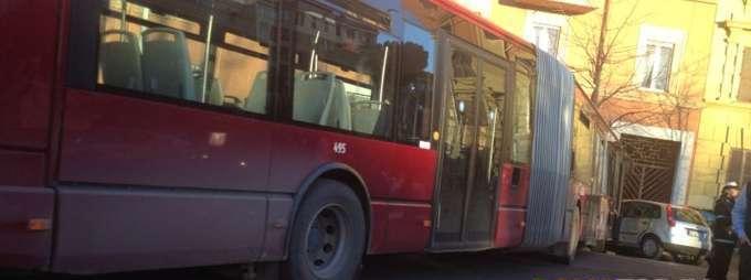 Tor Tre Teste, sassi contro il bus: ferite due passeggere