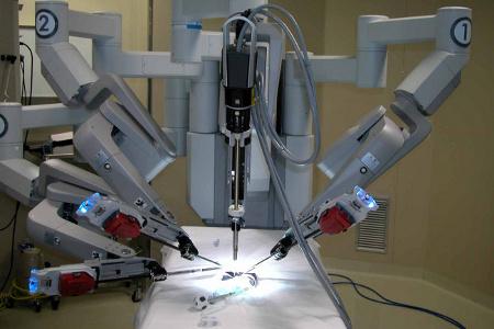 Al S. Giovanni la piattaforma chirurgica robotizzata con controllo a distanza Da Vinci e il golden s...