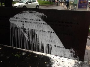 Il monumento in ricordo delle vittime delle foibe situato all'altezza della metro Laurentina a Roma è stato imbrattato da ignoti