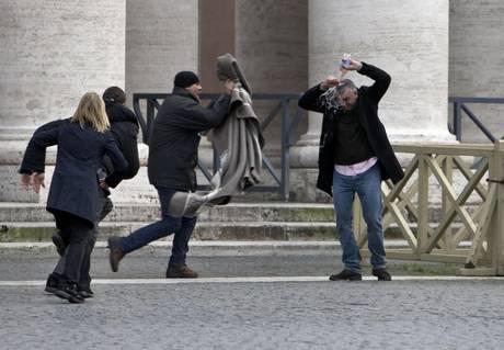 SAN PIETRO/Due uomini minacciano di darsi fuoco. Bloccati dalla Polizia