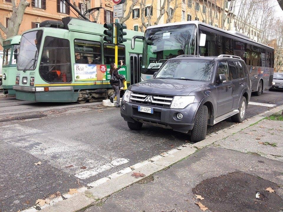 PRATI/Traffico bloccato per una macchina parcheggiata male