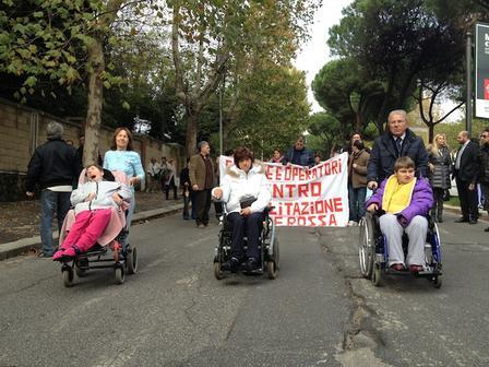 Quei lavoratori sui tubi condannano Zingaretti