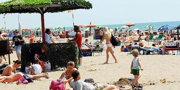 L'estate nera delle spiagge romane, contro la crisi e il calo degli incassi la soluzione: stabilimen...
