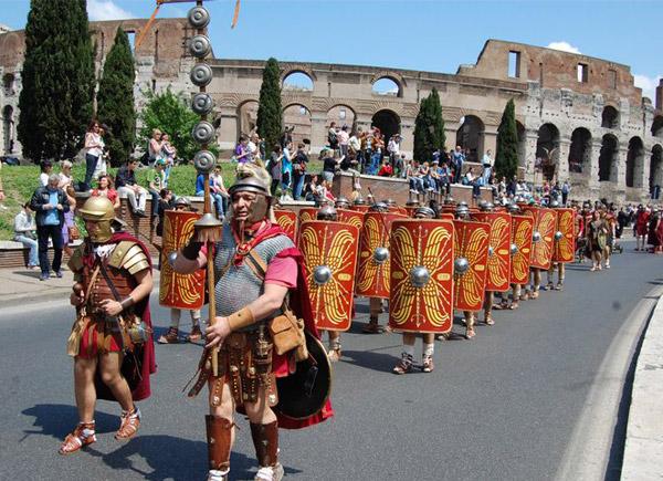 """NATALE DI ROMA/Marino """"festeggia"""" con il corteo del Gruppo Storico"""