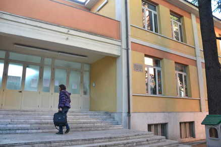 LATINA/Rubava alle macchinette distributrici nelle scuole, arrestato