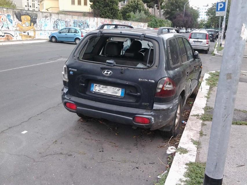 ANAGNINA/Auto abbandonate nei parcheggi: ecco il degrado della Capitale
