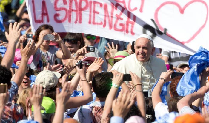 """Papa Francesco incontra gli studenti: """"non facciamoci rubare l'amore per la scuola"""""""