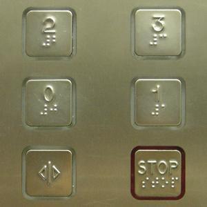 Ladispoli, maniaco in ascensore aggredisce donna