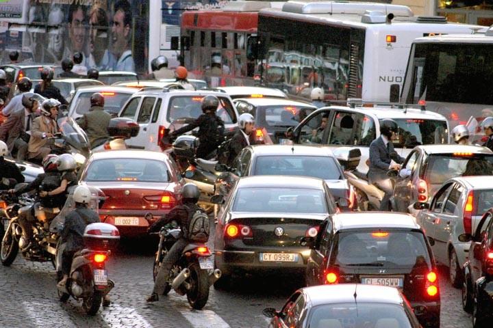 Mobilità, a parole il Campidoglio dichiara guerra al traffico: dal 2017 arrivano i bonus per la ztl